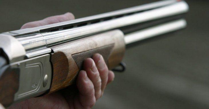 La víctima recibió un disparo de arma larga en el pecho.