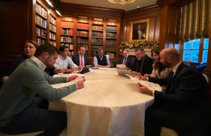 Preparativos. El presidente y su equipo de colaboradores se reunieron ayer  para preparar el encuentro con Donald Trump.