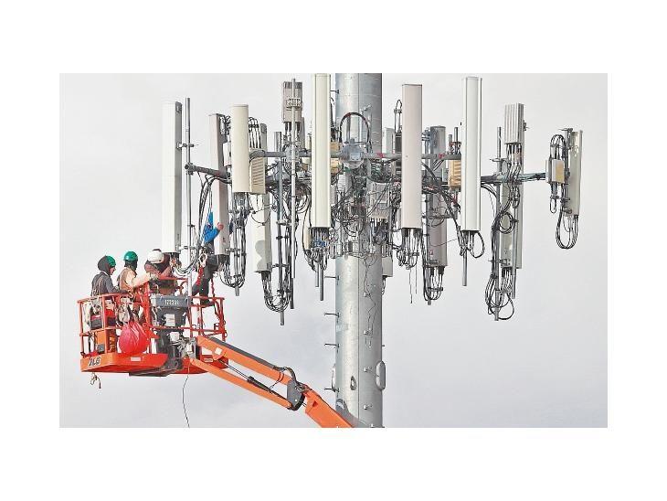 Competencia. Trabajadores instalan una torre para la próxima red de quinta generación (5G).