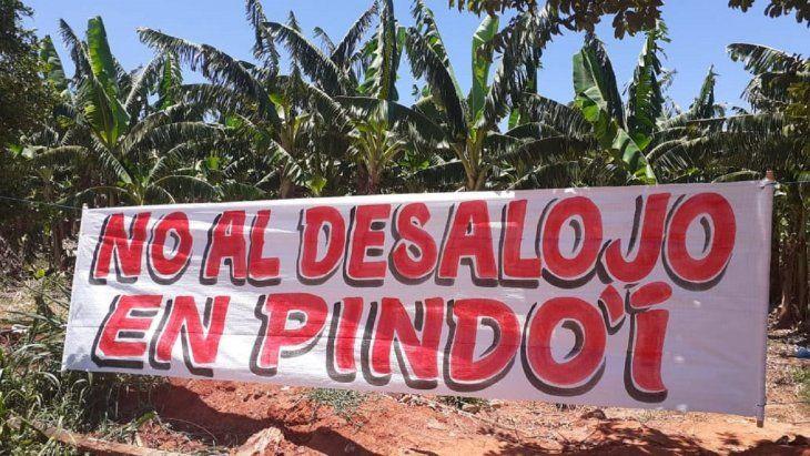 Los ocupantes de las tierras colocaron varios carteles en el lugar.