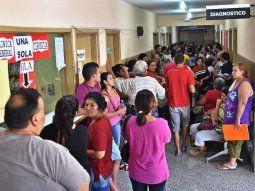 Los centros hospitalarios están abarrotados de pacientes con dengue.