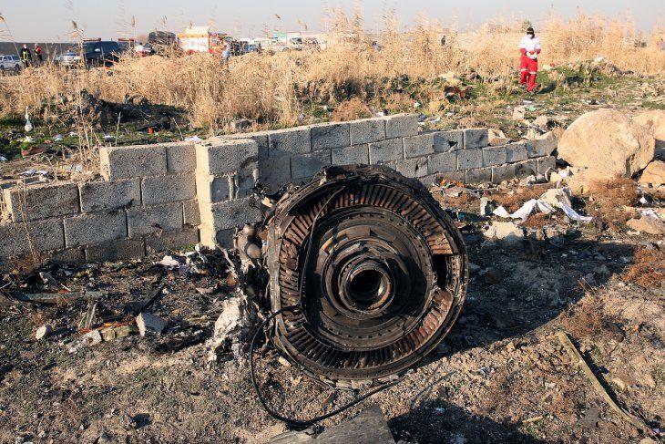 Uno de los motores del avión entre los restos después de que un Boeing 737-800 de Ukraine International Airlines que transportaba a 176 personas se estrellara.