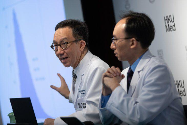 <p>El Profesor Gabriel Leung, Director Fundador del Centro Colaborador de la OMS y el Profesor Joseph Wu, Escuela de Salud P&uacute;blica durante una conferencia sobre el coronavirus de Wuhan.</p>