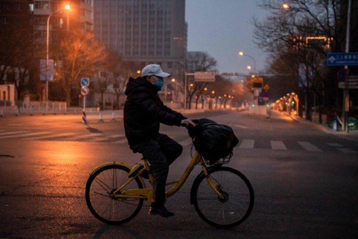 <p>Las personas pueden salir a andar en bicicletas en Wuhan, la ciudad china cerrada por el coronavirus.</p>