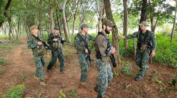 Miembros de la Fuerza de Tarea Conjunta realizan un despliegue a 300 metros del lugar del hallazgo de los tambores con supuestas pertenencias de Edelio Morínigo.