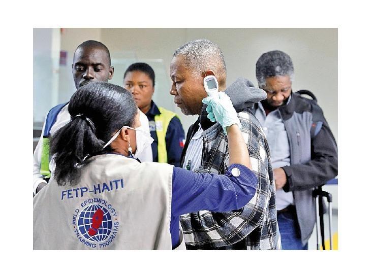 Controles. Un viajero que arribó a Haití fue revisado.