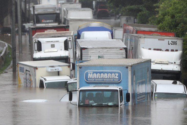 Las inundaciones y el desbordamiento de las aguas causaron caos en una de las ciudades más grandes de Brasil