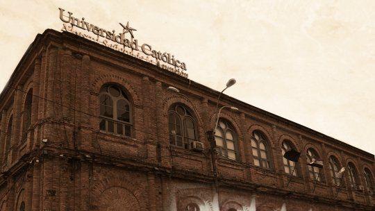 Presente y pasado en la histórica fachada de la Universidad Católica.