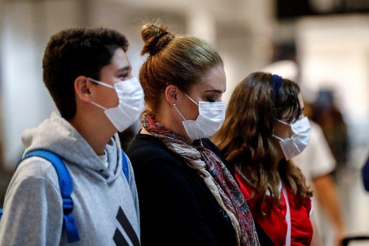 <p>En Brasil instan a tomar precauciones contra el coronavirus usando tapabocas.</p>