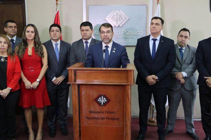 Ricardo Merlo y otros representantes de la Asociación de Agentes Fiscales del Paraguay dieron una conferencia de prensa este lunes en la Fiscalía General.