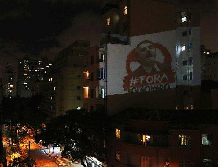 """Rechazo. """"Fuera Bolsonaro"""" se lee en la imagen proyectada en un edificio en São Paulo."""