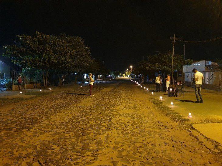 Todas las noches las veredas se iluminan con velas encendidas y cada  familia