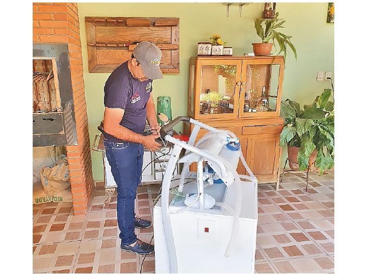 Proyecto. El joven carpintero muestra el respirador casero que elaboró para poder ayudar a los pacientes graves.
