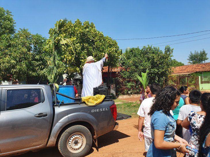 <p>El padre Jorge Cuevas, cura párroco de María Auxiliadora de los salesianos, recorrió las calles y barrios de Concepción.</p>