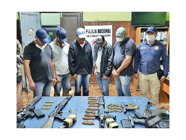 Detenidos. Los  capturados junto a las armas largas y cortas.