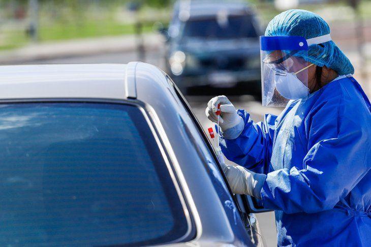 Una profesional de la salud guarda los hisopos con los que extrajo muestras a una persona con síntomas de contagio.