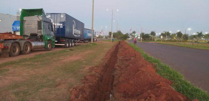 La excavación de la zanja se inició este martes a la entrada de la ruta  PY05