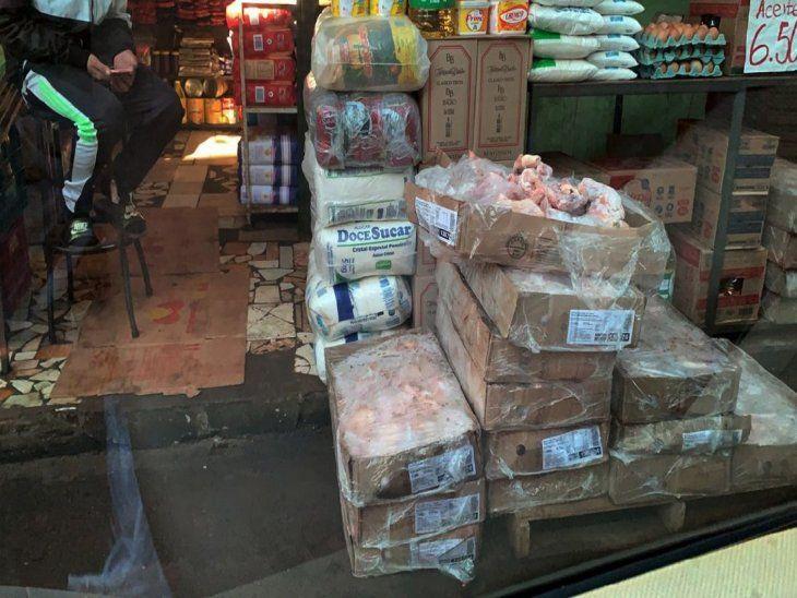 Oferta. Pollos de procedencia brasileña se ofertan en las veredas de los comercios.