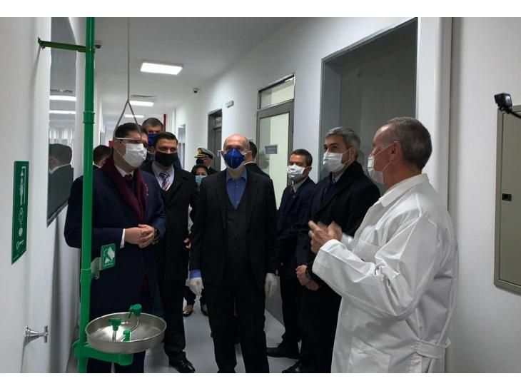 Recorrido. Mario Abdo  observó instalaciones en Senacsa donde procesarán muestras.