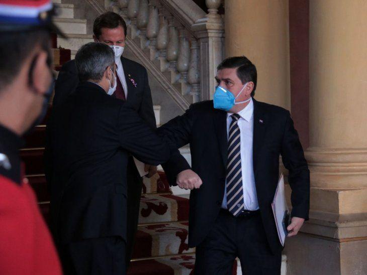 Codo a codo. Blas Llano durante un saludo con Mario Abdo Benítez en el Palacio de López.