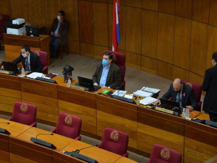 In situ. Blas Llano dirige las sesiones desde el Senado.