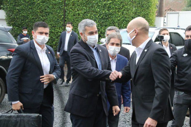 Julio Mazzoleni (d) y Mario Abdo (i) visitaron este miércoles una industria textil que fabricará las batas para Salud Pública.