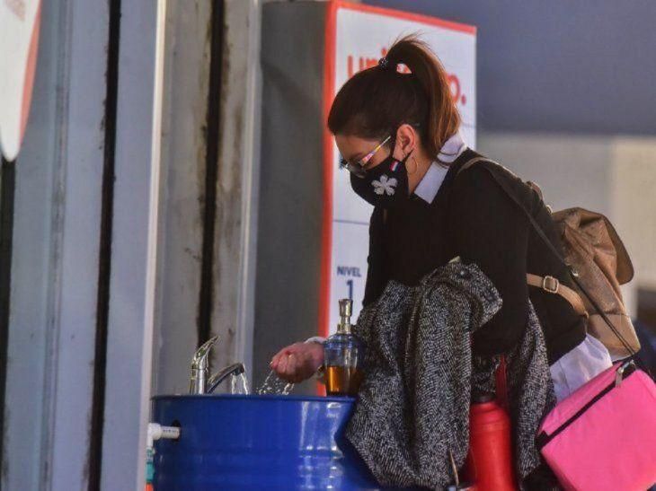 Las personas se adaptan al  uso  diario de las mascarillas y al  lavado de manos.