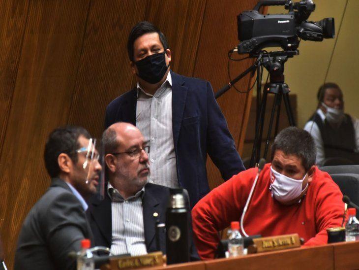 Informe. Sergio Rojas (parado) recibió el documento de Hacienda sobre salarios.