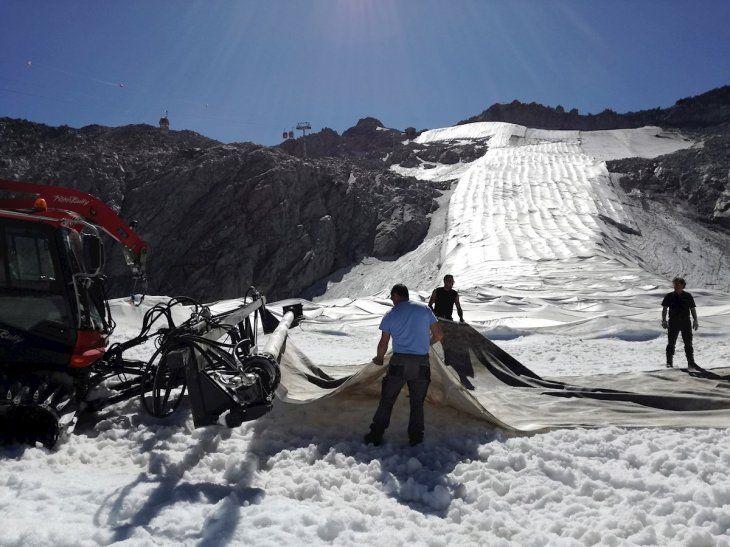 Un equipo de la empresa Carosello Tonale cubre el glaciar Presena con  grandes lonas para protegerlo del cambio climático.