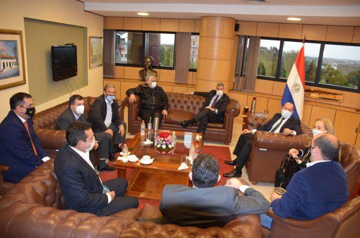 La reunión entre Mario Abdo Benítez y los senadores se desarrolló en la sede del Congreso.