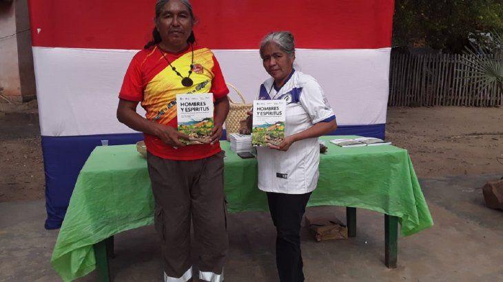El escritor indígena Lázaro Hiter Sánchez junto a la lideresaJacinta Pereira.