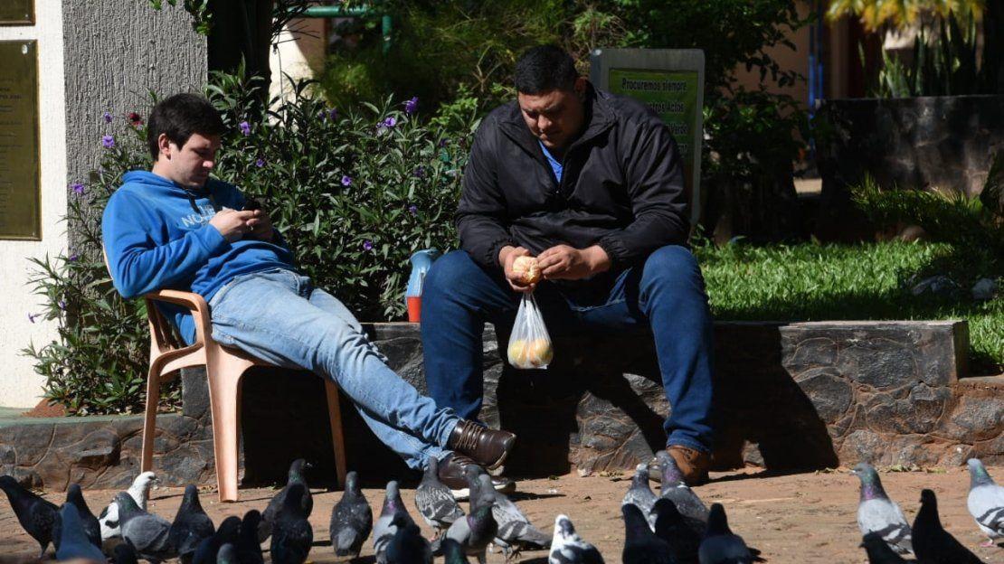 Ciudadanos se relajan en plena pandemia del Covid-19
