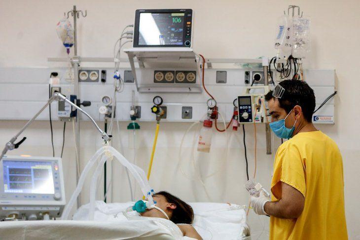 Un enfermero trabaja en la Unidad de Terapia Intensiva del Hospital de Agudos de Ezeiza
