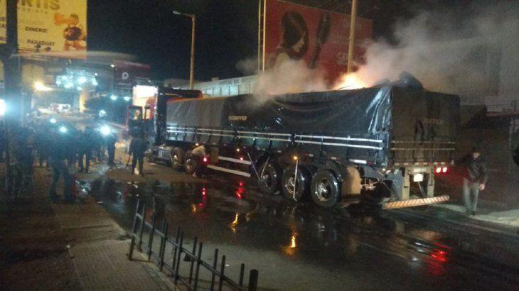 Camiones también fueron perjudicados por los disturbios.
