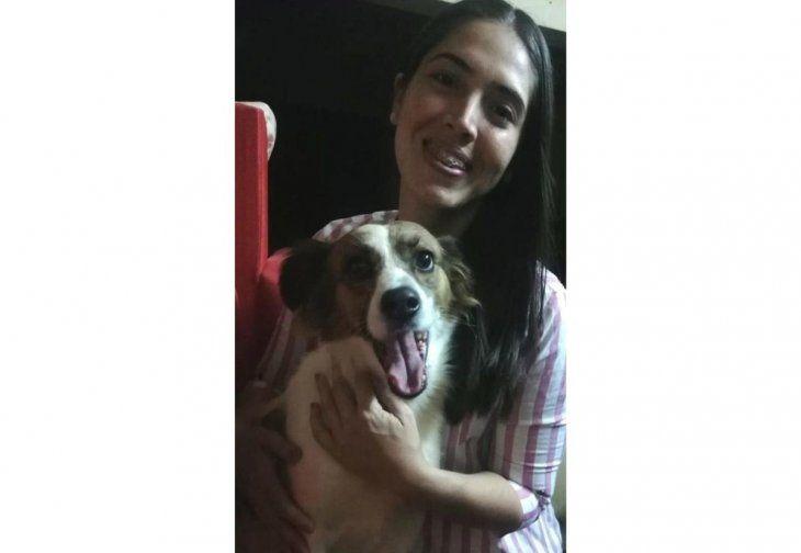 Sabrina Sardi, médica veterinaria con su compañerita peluda, Nina.