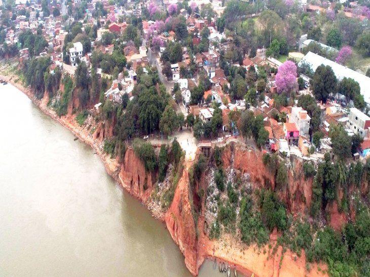 Abandono. Hace un mes parte del descuidado mirador de Itá Pytã Punta sufrió  desprendimiento  pero hasta ahora no hay ni  provisorias reparaciones.