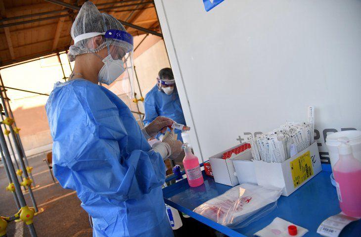 Una trabajadora de blanco en un puesto de toma de muestras. Ya son más de 22 millones de contagios de Covid-19 registrados a nivel mundial.
