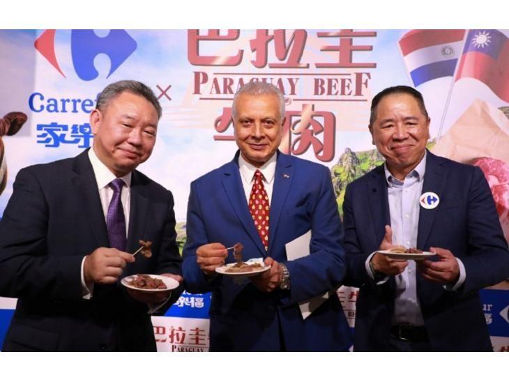 Carne. Autoridades paraguayas y taiwanesas en el evento.