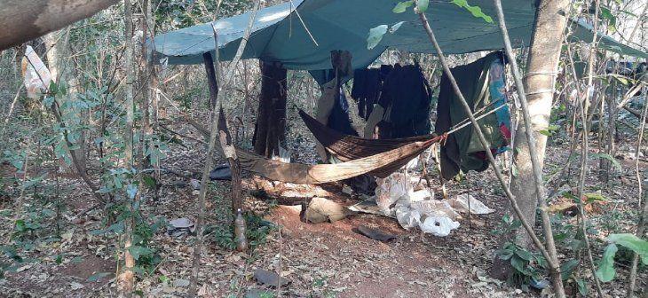 Varias hamacas y prendas de vestir que supuestamente pertenecen a miembros del Ejército del Pueblo Paraguayo (EPP) fueron encontradas en el campamento.