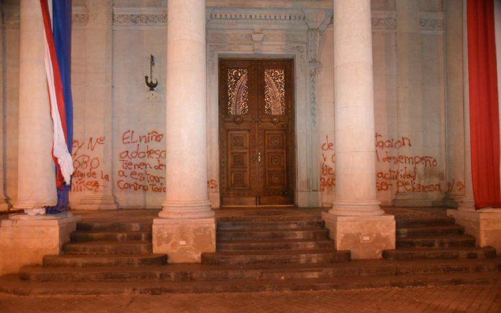 La Fiscalía abrió una investigación y ordenó la detención de tres mujeres por la quema de una bandera y daños al Panteón de los Héroes