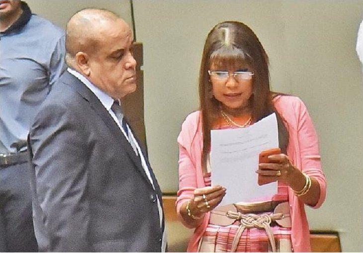 Celeste Amarilla conversa con Basilio Núñez.