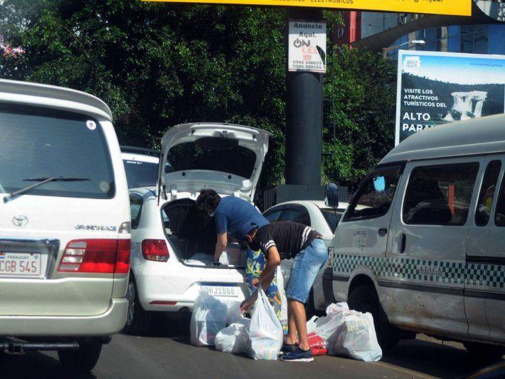De vuelta. Turistas brasileños  cargan productos adquiridos en Ciudad del Este.