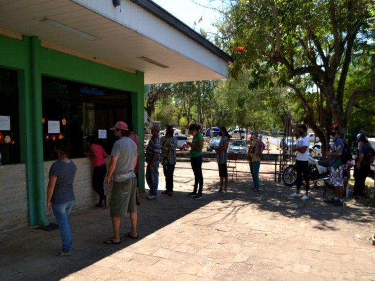Ayuda. Muchos de los vendedores ambulantes de Caacupé ya formaron filas para anotarse en ventanillas de la dependencia comunal.