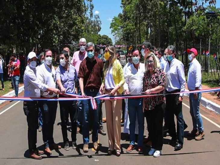 Inauguración. Mario Abdo desata la cinta de inauguración de la pavimentación.  Cuevas (der.) se posicionó en primera fila.
