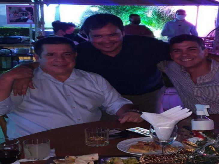 Fiesta. Cartes (izq.) posa junto a   Santiago Peña y Gamarra.