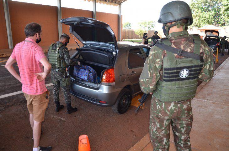 Verificación de un vehículo a cargo de militares brasileños.