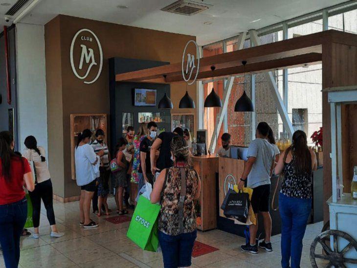 Movimiento. En el Shopping Mariscal se verificó una buena presencia de compradores.
