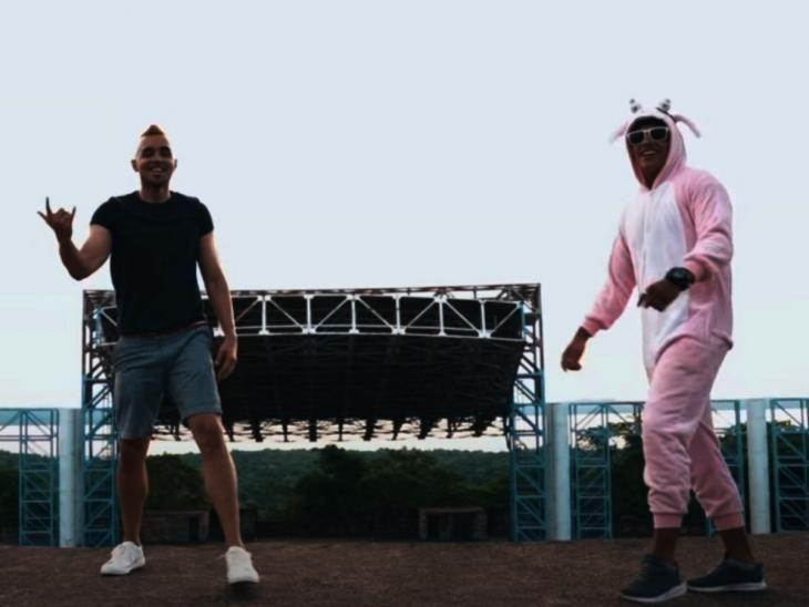 Música. El videoclip fue grabado en la ciudad veraniega.