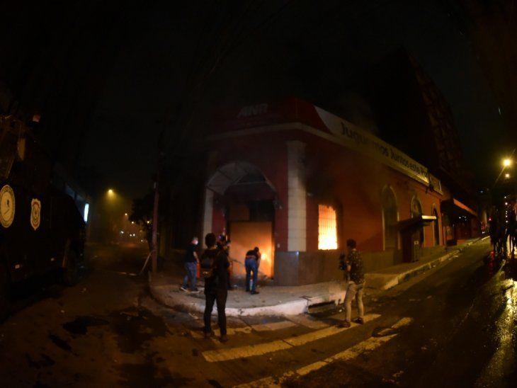 Fuego. Colorado Róga quedó en llamas tras el ataque de furibundos manifestantes.