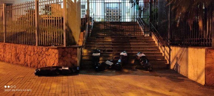 Las bolsas negras se dejaron también frente al Ministerio de Salud Pública.